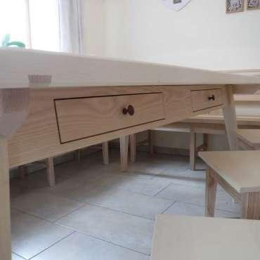 Tisch in Esche und Ahorn mit Schubläden
