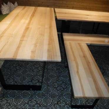 Tische und Bänke in Esche
